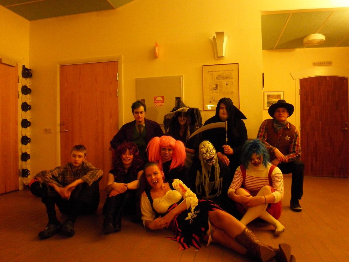Ungdomsgruppen på halloweendisko.